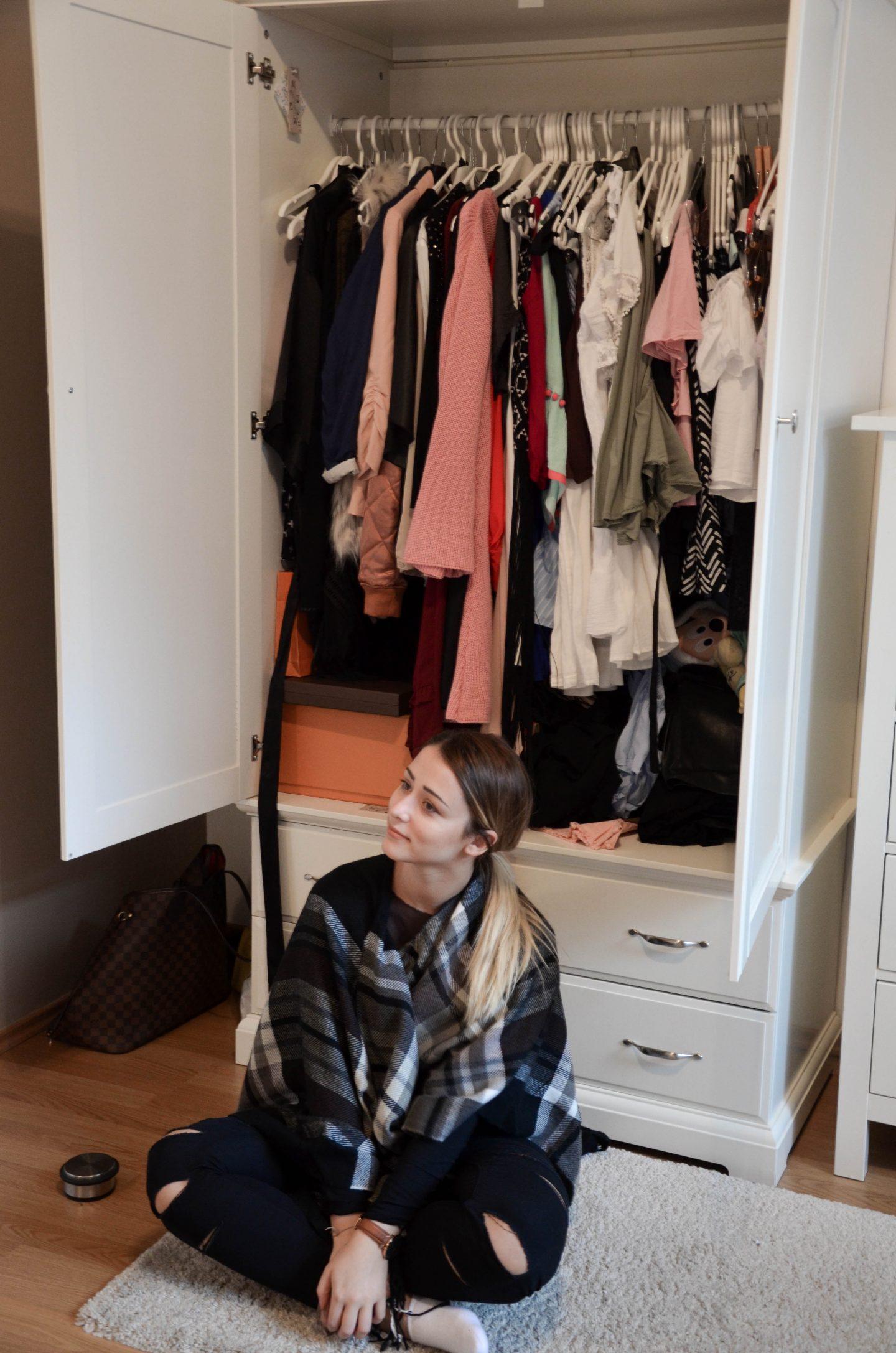 Vanessa vor Kleiderschrank beim Ausmisten
