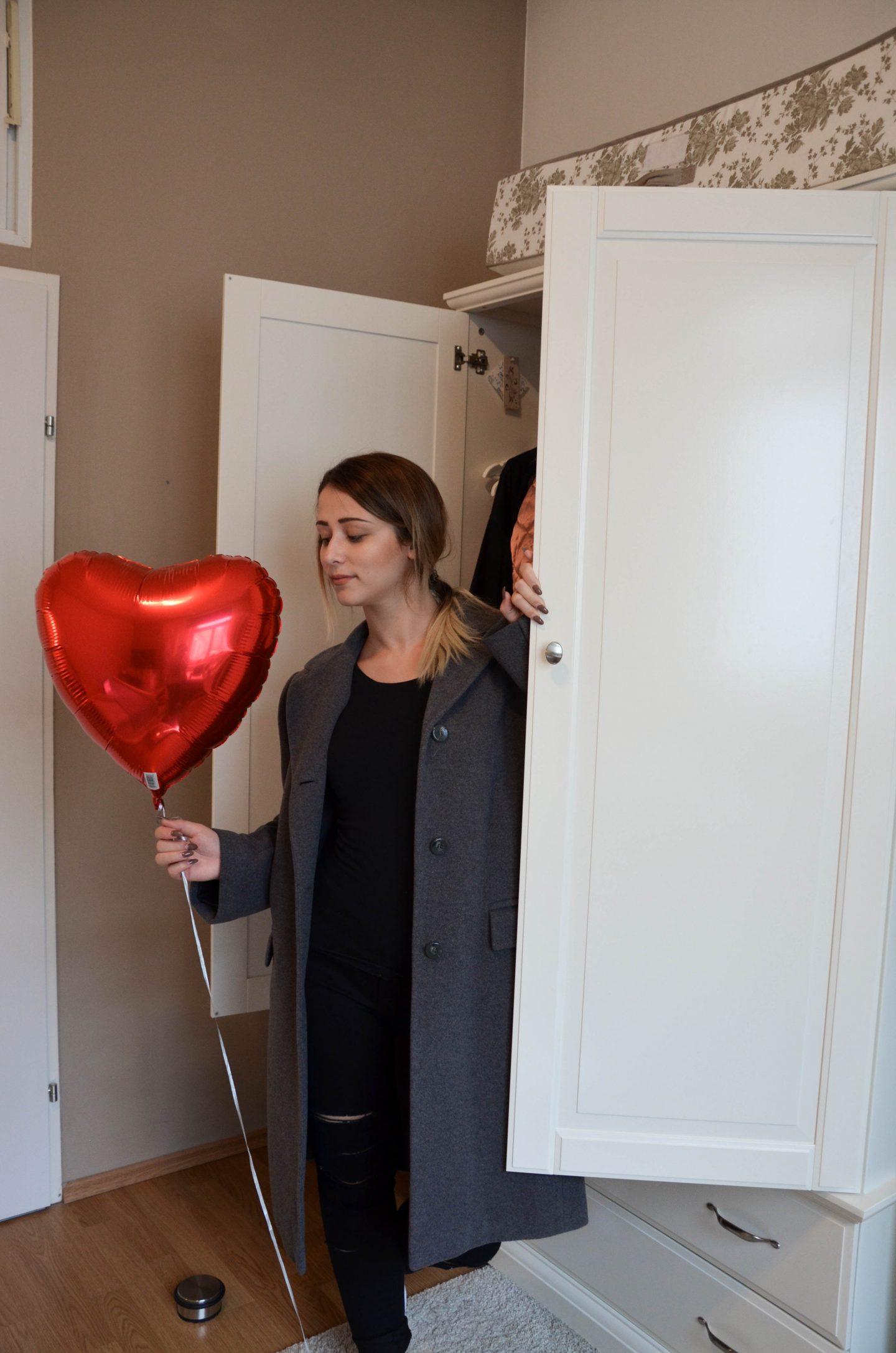 Herzballon vor Kleiderschrank nach Ausmisten