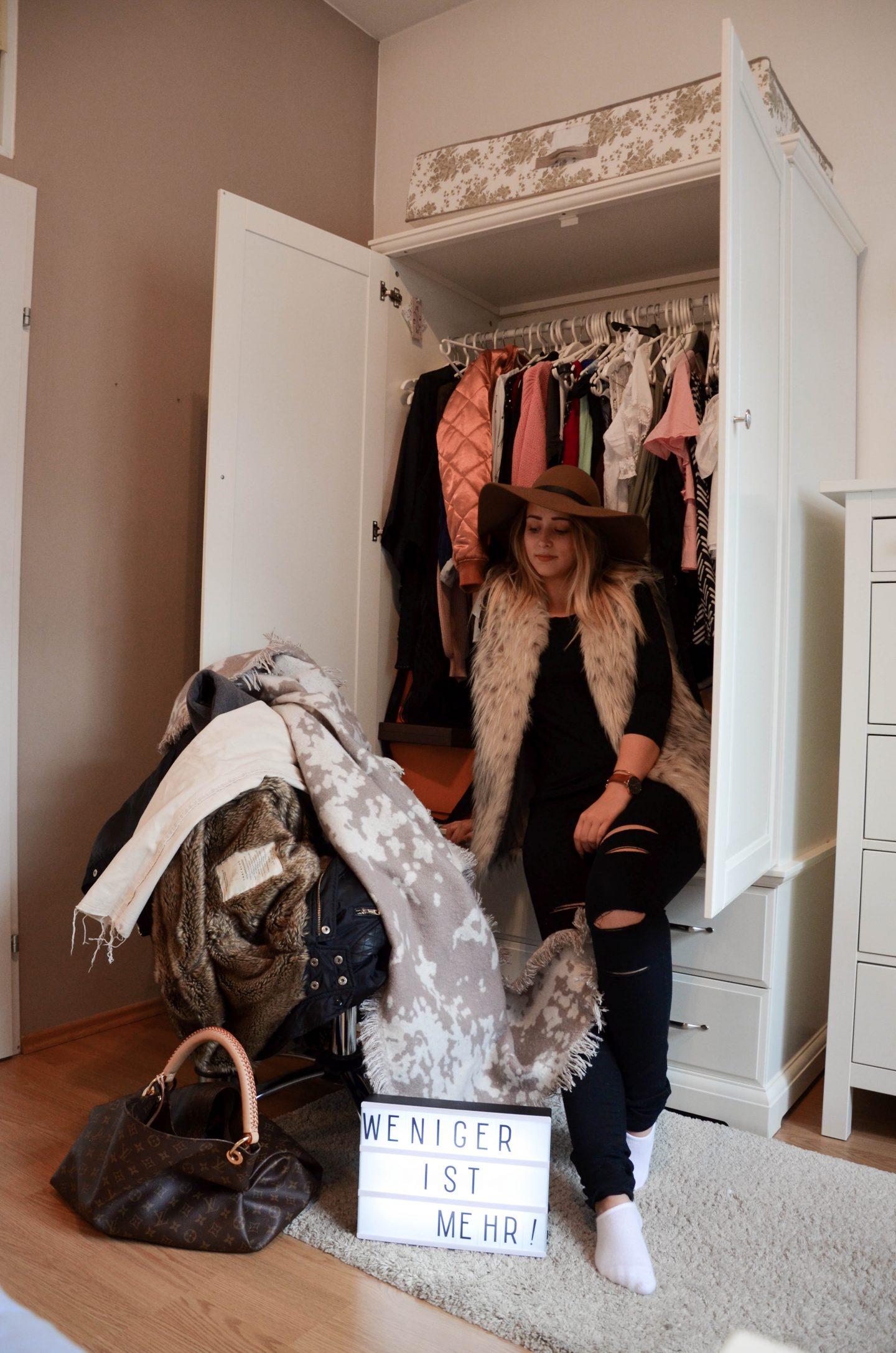 Vanessa im Kleiderschrank beim Ausmisten
