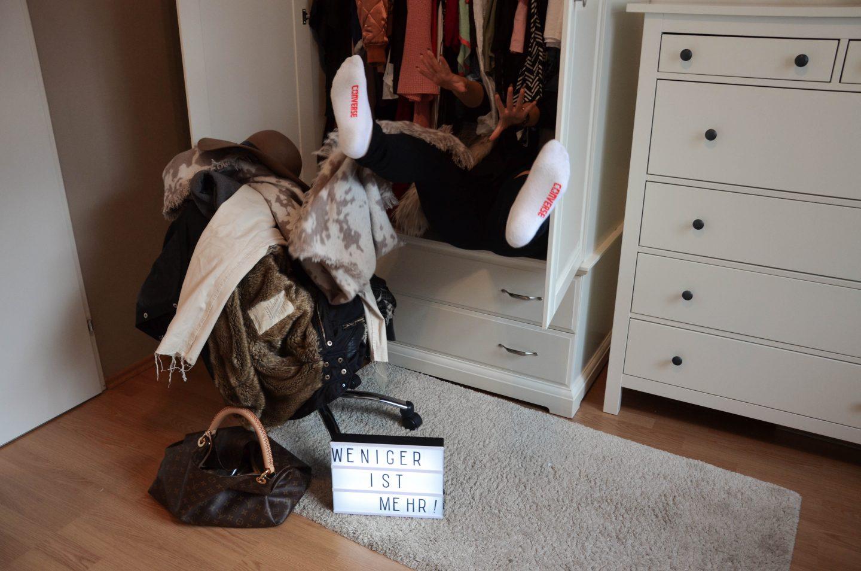 Kleiderschrank frisst Vanessa